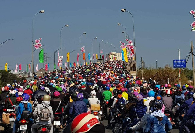 Hàng ngàn người rồng rắn chạy xe suốt đêm về TP Hồ Chí Minh cho kịp ngày đi làm đầu tiên sau Tết - Ảnh 7.
