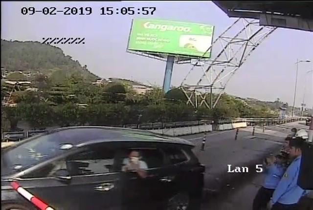 Khởi tố kẻ lái ô tô đâm cọc tiêu vượt trạm thu phí BOT Bến Thủy 2 - Ảnh 1.