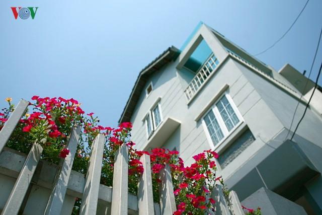 Nhà 3 tầng xinh xắn giữa ngôi làng cổ ở Hà Nội - Ảnh 2.
