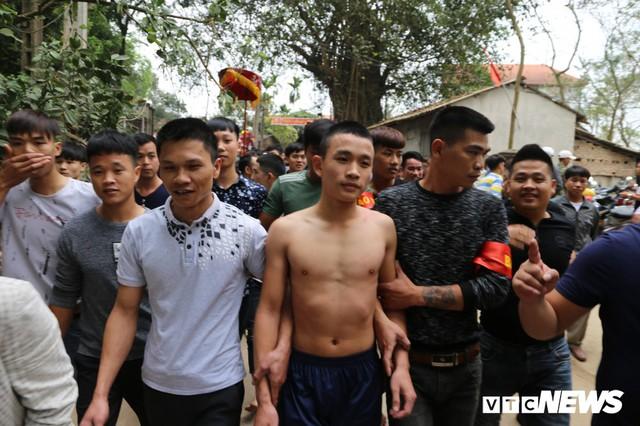 Ảnh: Hàng trăm thanh niên xâu xé, chen lấn cướp manh chiếu tại lễ hội Đúc Bụt - Ảnh 2.
