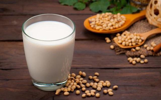 Tin đồn về ung thư: Bệnh nhân ung thư vú có được uống sữa đậu nành không? - Ảnh 1.