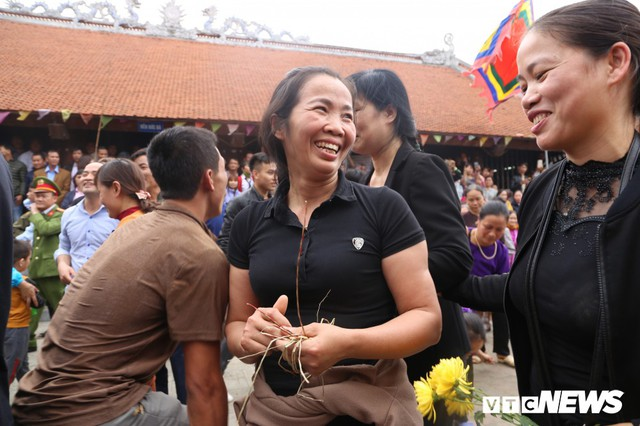 Ảnh: Hàng trăm thanh niên xâu xé, chen lấn cướp manh chiếu tại lễ hội Đúc Bụt - Ảnh 11.