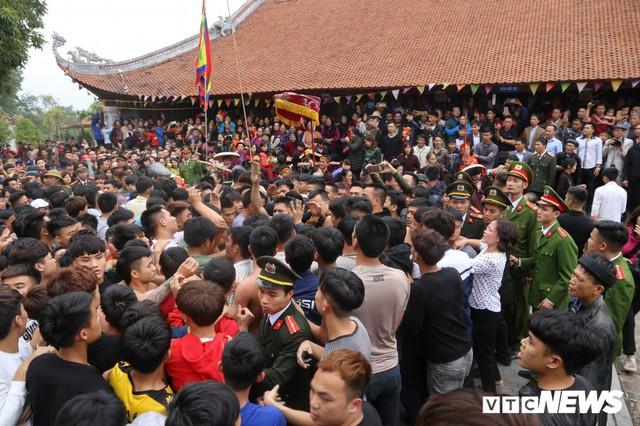 Ảnh: Hàng trăm thanh niên xâu xé, chen lấn cướp manh chiếu tại lễ hội Đúc Bụt - Ảnh 5.