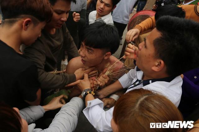 Ảnh: Hàng trăm thanh niên xâu xé, chen lấn cướp manh chiếu tại lễ hội Đúc Bụt - Ảnh 8.
