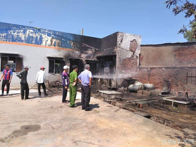 Cháy lớn tại cây xăng ở Long An, 2 người nhập viện - Ảnh 1.