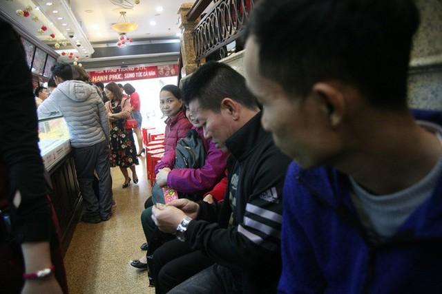 Chưa tới ngày vía Thần tài nhưng người dân đã đổ xô đi mua vàng, cửa tiệm phục vụ cả ghế nhựa cho khách đỡ mỏi chân - Ảnh 4.