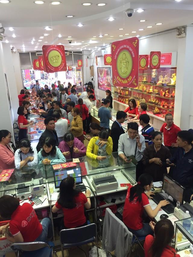 Không khí tấp nập mua vàng Thần tài ở Hà Nội, Đà Nẵng, Tp. Hồ Chí Minh - Ảnh 10.