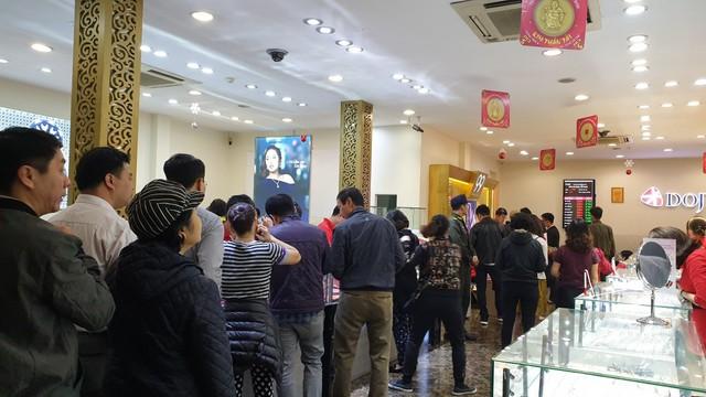 Người dân xếp hàng từ 5h sáng để mua vàng ngày Thần Tài - Ảnh 5.