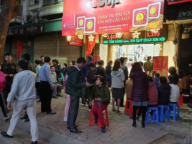 Người dân xếp hàng từ 5h sáng để mua vàng ngày Thần Tài - Ảnh 6.
