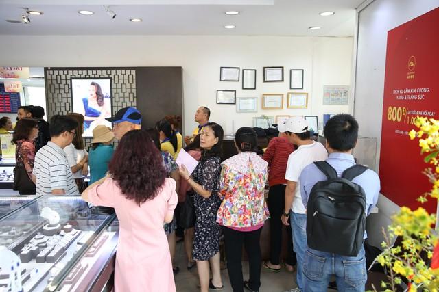 Không khí tấp nập mua vàng Thần tài ở Hà Nội, Đà Nẵng, Tp. Hồ Chí Minh - Ảnh 7.