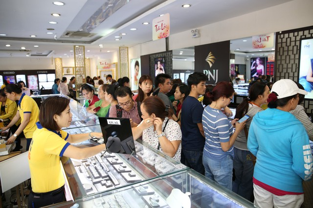 Không khí tấp nập mua vàng Thần tài ở Hà Nội, Đà Nẵng, Tp. Hồ Chí Minh - Ảnh 8.