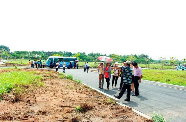 Giới đầu tư địa ốc Sài Gòn đổ về thị trường các tỉnh lân cận buôn đất nền - Ảnh 2.