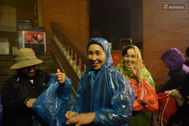 Hàng ngàn người dân đội mưa phùn trong giá rét, hành hương lên đỉnh Yên Tử trong đêm - Ảnh 2.