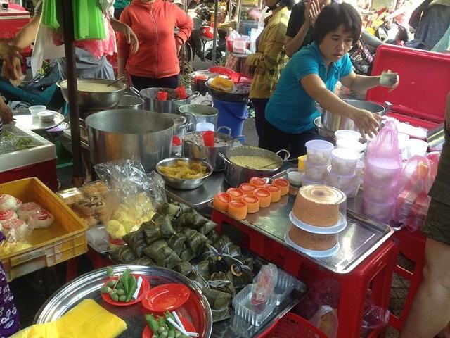 Người dân Sài Gòn xếp hàng mua chè, heo quay cúng Thần tài - Ảnh 1.