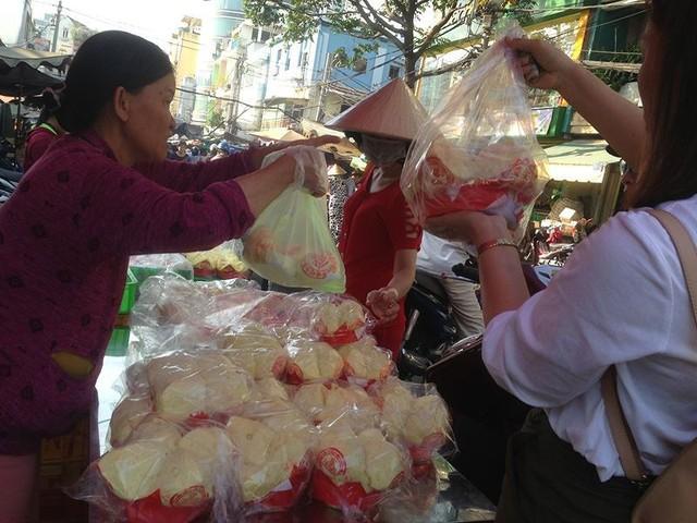 Người dân Sài Gòn xếp hàng mua chè, heo quay cúng Thần tài - Ảnh 2.