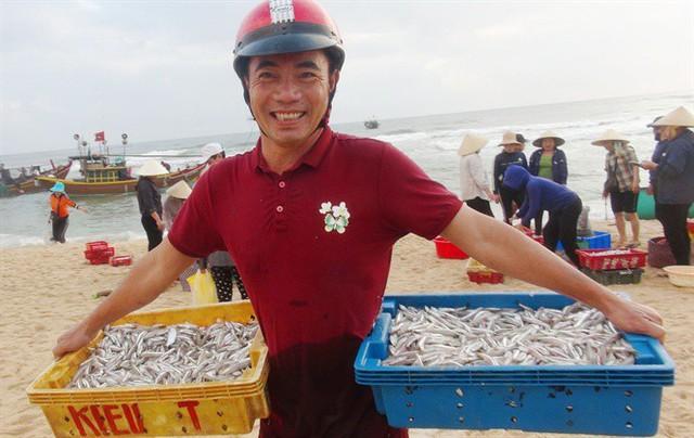 Ngư dân Quảng Bình cười tươi hơn tết nhờ trúng mùa, trúng giá cá trích - Ảnh 1.