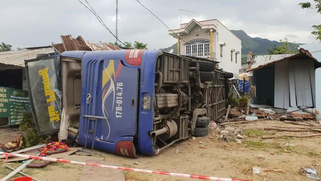 Xe khách Bắc Nam lao vào nhà dân, hàng chục người nhập viện - Ảnh 1.
