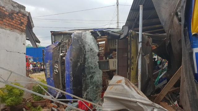 Xe khách Bắc Nam lao vào nhà dân, hàng chục người nhập viện - Ảnh 2.