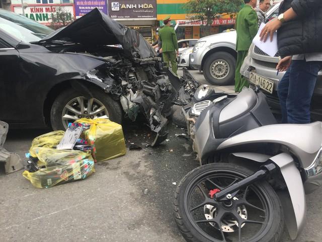 Hà Nội: Ô tô Mazda đâm liên hoàn hai xe máy chạy cùng chiều, ba người bị thương - Ảnh 1.