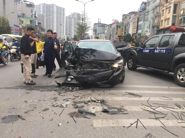 Hà Nội: Ô tô Mazda đâm liên hoàn hai xe máy chạy cùng chiều, ba người bị thương - Ảnh 2.