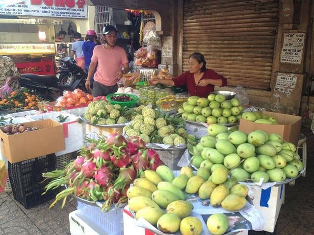 Người dân Sài Gòn xếp hàng mua chè, heo quay cúng Thần tài - Ảnh 12.