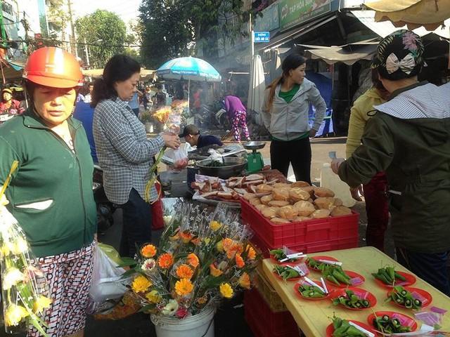 Người dân Sài Gòn xếp hàng mua chè, heo quay cúng Thần tài - Ảnh 13.