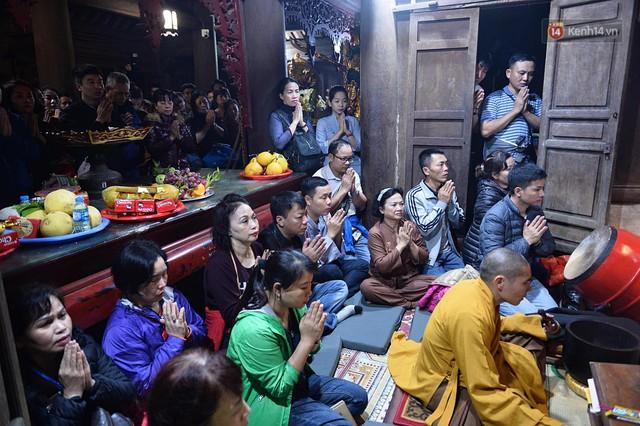 Hàng ngàn người dân đội mưa phùn trong giá rét, hành hương lên đỉnh Yên Tử trong đêm - Ảnh 15.