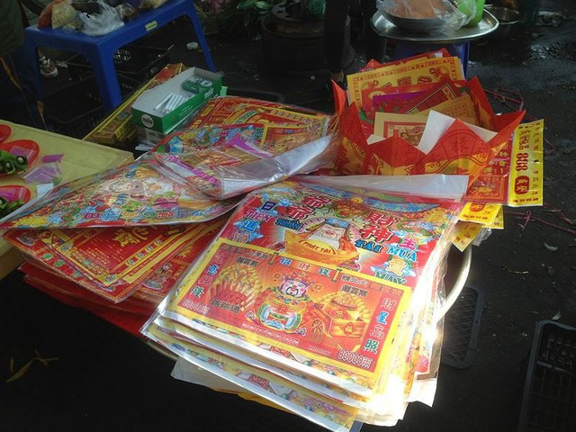 Người dân Sài Gòn xếp hàng mua chè, heo quay cúng Thần tài - Ảnh 15.