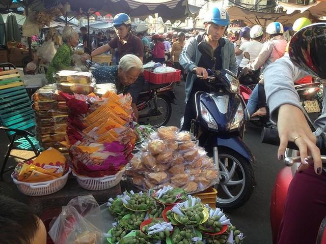 Người dân Sài Gòn xếp hàng mua chè, heo quay cúng Thần tài - Ảnh 16.