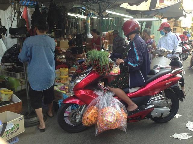 Người dân Sài Gòn xếp hàng mua chè, heo quay cúng Thần tài - Ảnh 17.