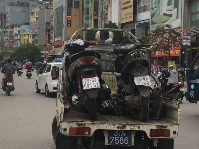 Hà Nội: Ô tô Mazda đâm liên hoàn hai xe máy chạy cùng chiều, ba người bị thương - Ảnh 3.