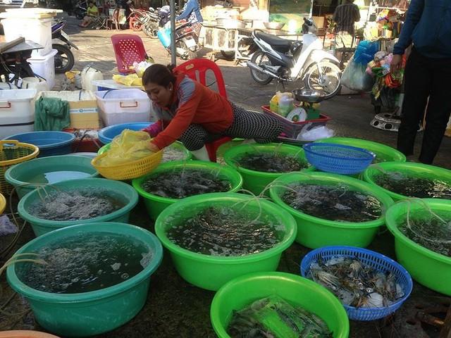 Người dân Sài Gòn xếp hàng mua chè, heo quay cúng Thần tài - Ảnh 4.