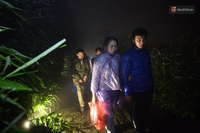 Hàng ngàn người dân đội mưa phùn trong giá rét, hành hương lên đỉnh Yên Tử trong đêm - Ảnh 6.