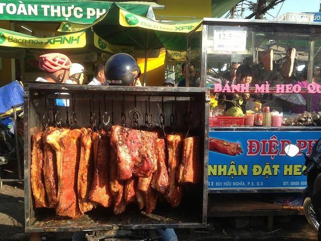 Người dân Sài Gòn xếp hàng mua chè, heo quay cúng Thần tài - Ảnh 9.