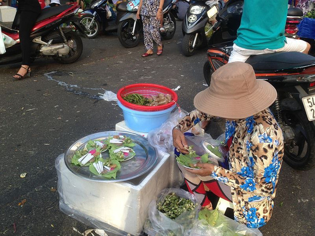 Người dân Sài Gòn xếp hàng mua chè, heo quay cúng Thần tài - Ảnh 10.