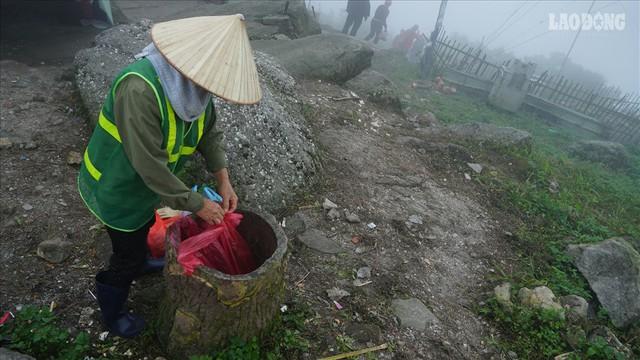 275.000 đồng/ngày cõng rác từ đỉnh chùa Đồng Yên Tử xuống núi - Ảnh 2.