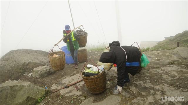 275.000 đồng/ngày cõng rác từ đỉnh chùa Đồng Yên Tử xuống núi - Ảnh 5.