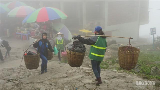 275.000 đồng/ngày cõng rác từ đỉnh chùa Đồng Yên Tử xuống núi - Ảnh 6.