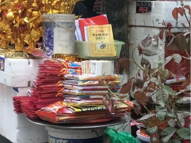 Vẫn đổi tiền lẻ phí cao tại chùa, có thể bị phạt đến 40 triệu đồng  - Ảnh 1.