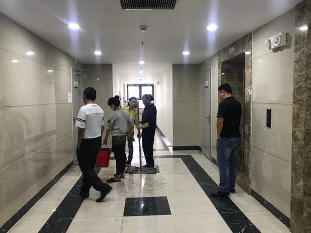 Đường ống dẫn nước PCCC bung mối, dân chung cư ở Hà Nội náo loạn vì lũ lụt trên cao - Ảnh 2.