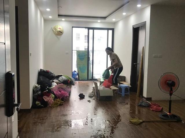 Đường ống dẫn nước PCCC bung mối, dân chung cư ở Hà Nội náo loạn vì lũ lụt trên cao - Ảnh 3.