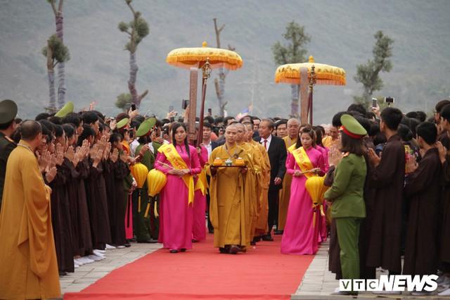Ảnh: Vạn người tham gia lễ rước nước tại chùa Tam Chúc lớn nhất thế giới - Ảnh 1.