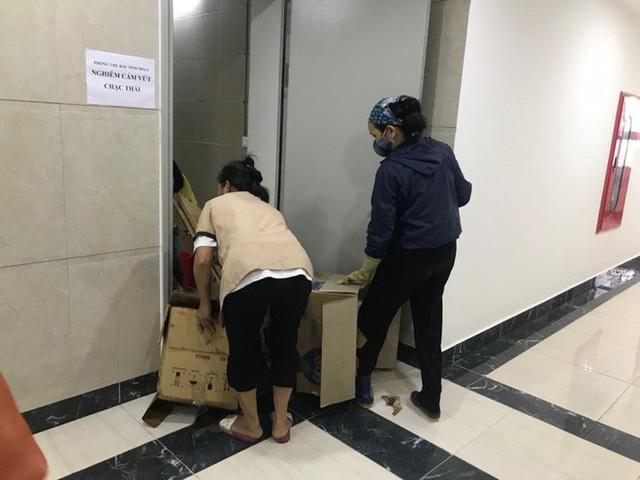 Đường ống dẫn nước PCCC bung mối, dân chung cư ở Hà Nội náo loạn vì lũ lụt trên cao - Ảnh 5.