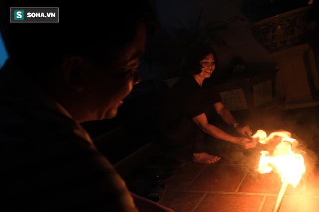 Tục lấy lửa độc đáo mang may mắn từ đình làng về tới nhà ở Hà Nội - Ảnh 9.