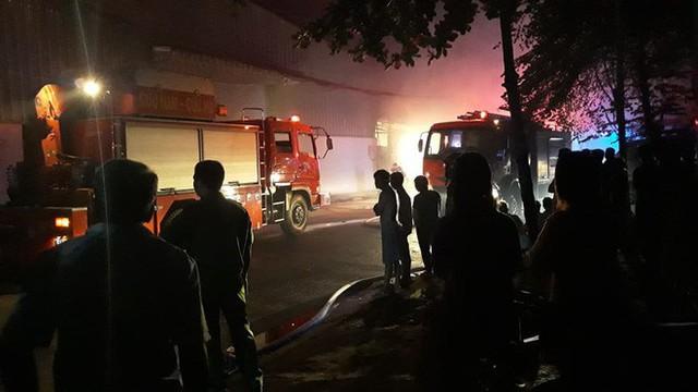 Cảnh sát trắng đêm căng mình dập lửa đám cháy lớn tại kho xưởng ở Sài Gòn - Ảnh 1.