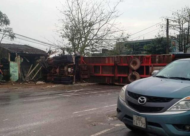 Xe container gây tai nạn liên hoàn nghiêm trọng, 8 người thương vong  - Ảnh 1.