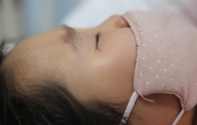 Bé gái 6 tuổi nhất quyết từ chối điều trị ung thư máu dù bệnh ngày càng nặng, đến khi hỏi được lý do ai nấy đều rơi nước mắt - Ảnh 1.