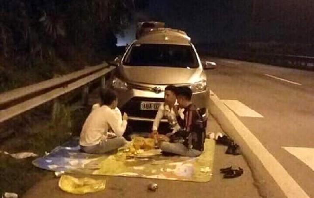 Lại trải chiếu, ngồi ăn trên cao tốc Nội Bài - Lào Cai: Đơn vị quản lý thông tin chính thức - Ảnh 1.