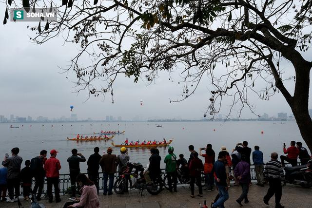 Hàng nghìn người chen chân chật kín mép hồ Tây xem đua thuyền rồng - Ảnh 1.