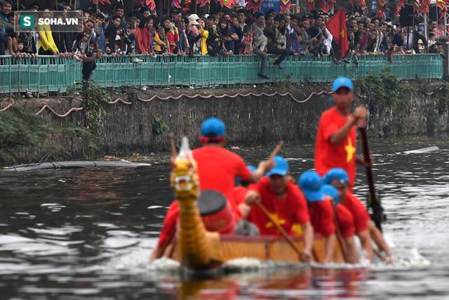 Hàng nghìn người chen chân chật kín mép hồ Tây xem đua thuyền rồng - Ảnh 2.